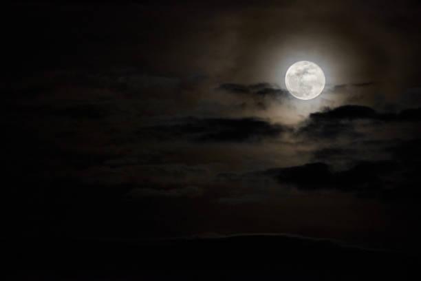 la pleine lune dans les nuages - pleine lune photos et images de collection