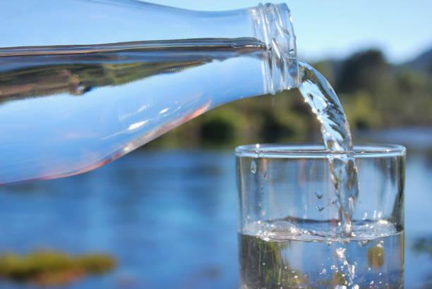 l'avenir de l'eau pure - source naturelle photos et images de collection