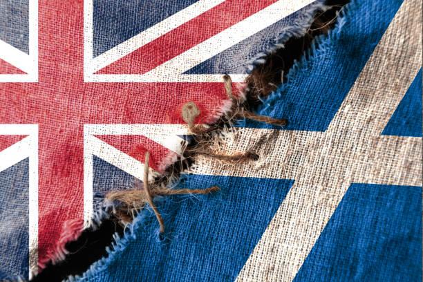 die kluft zwischen den beiden flaggen, großbritannien und schottland, als konzept der politischen konfrontation. - liebeskummer englisch stock-fotos und bilder