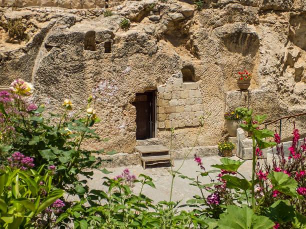 de garden tomb, rock tomb in jeruzalem, israël - graftombe stockfoto's en -beelden