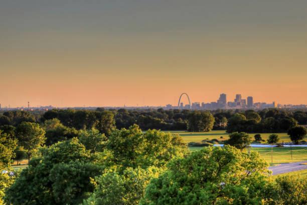 拱門和密蘇里州聖路易斯市的天際線 - st louis 個照片及圖片檔