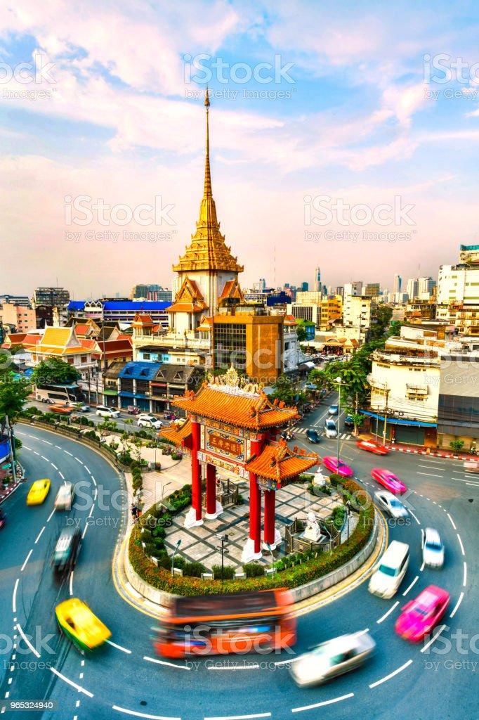 The Gateway Arch (Odeon Circle) and Temple in Bangkok zbiór zdjęć royalty-free