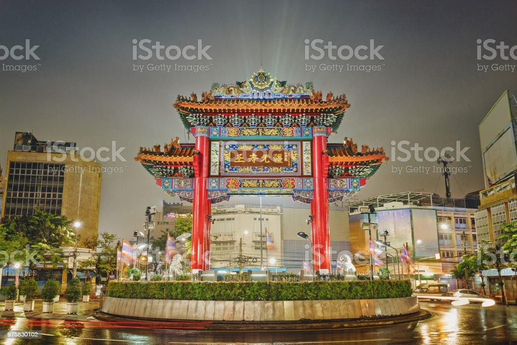 Der Gateway Arch (Odeon Circle) in der Nacht, Chinatown in Bangkok, Thailand - Lizenzfrei Alt Stock-Foto