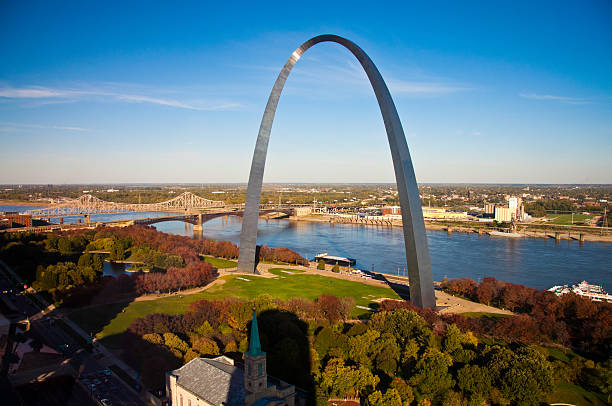 the gateway arch of st louis, missouri, taken from the sky - st louis 個照片及圖片檔