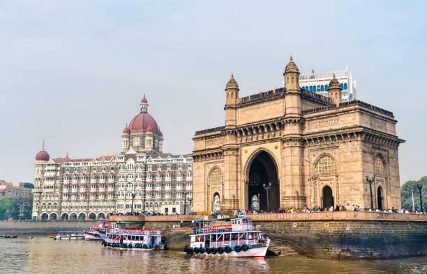 de gateway of india en de taj mahal palace gezien vanuit de arabische zee. mumbai - india - mumbai stockfoto's en -beelden