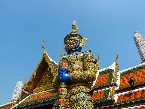der riese wächter statue - buddha figuren kaufen stock-fotos und bilder