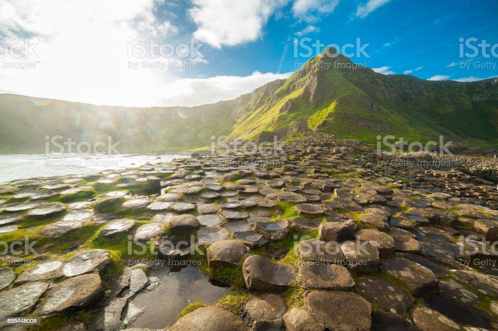 La calzada de los gigantes en el amanecer en un día soleado con las columnas de basalto famosa, el resultado de una antigua erupción volcánica. El Condado de Antrim en la costa norte de Irlanda del norte, Reino Unido - foto de stock
