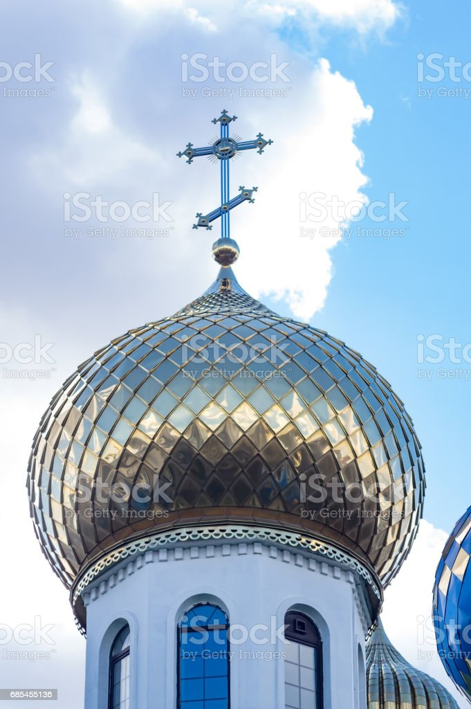 The gilded dome of the church against the background of a cloudy sky. foto de stock royalty-free