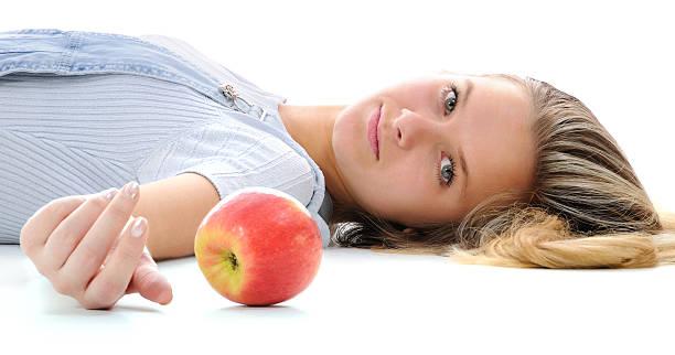 Das Mädchen und ein Apfel. – Foto