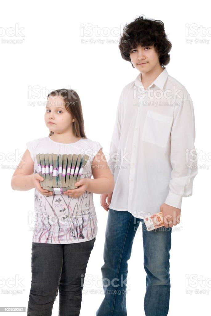 La chica y chico con notas monetarias - foto de stock
