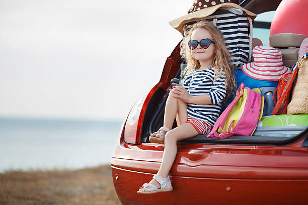 Das Mädchen und platzsparend in der offenen trunk – Foto