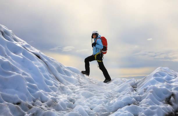 Das Mädchen klettern die Gletscher. Falljokull Gletscher (fallende Gletscher) in Island – Foto