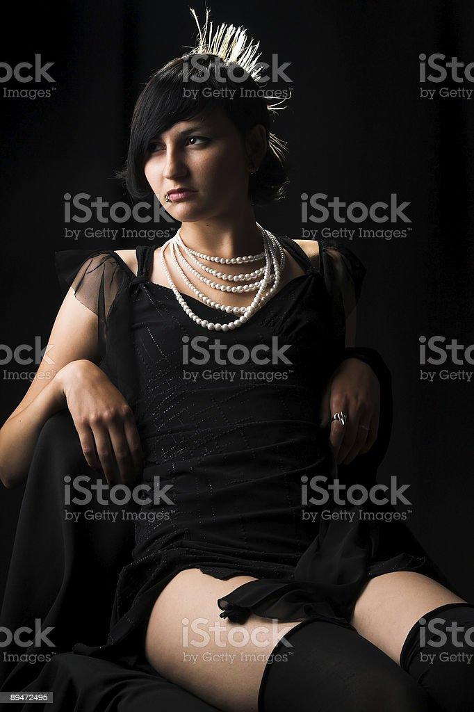 La ragazza in un vestito nero foto stock royalty-free
