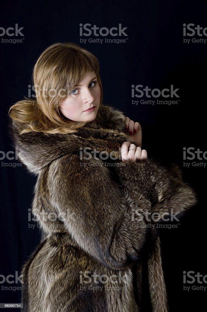 La ragazza in un cappotto di pelliccia foto stock royalty-free