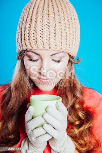 the girl in the hat froze and drinking hot tea1