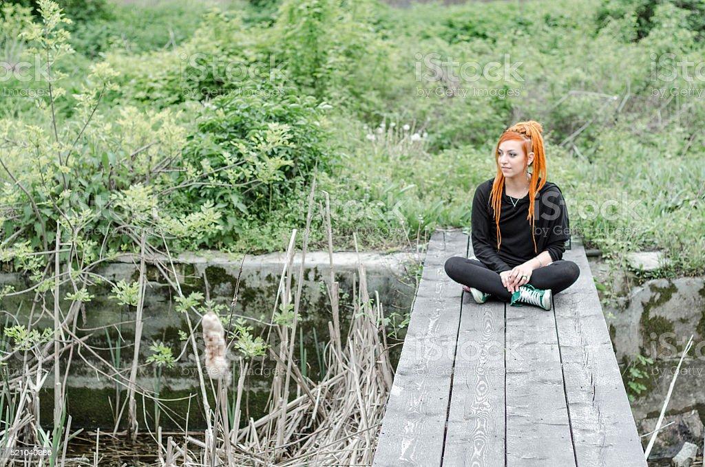o menina na floresta renovação natureza - foto de acervo