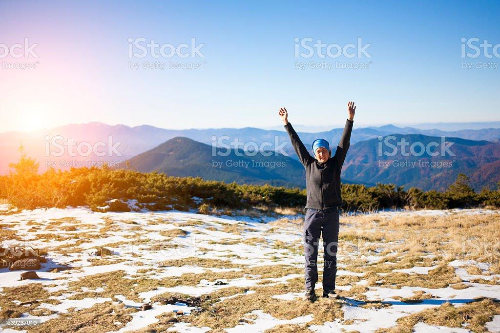 La chica en las montañas. foto de stock libre de derechos