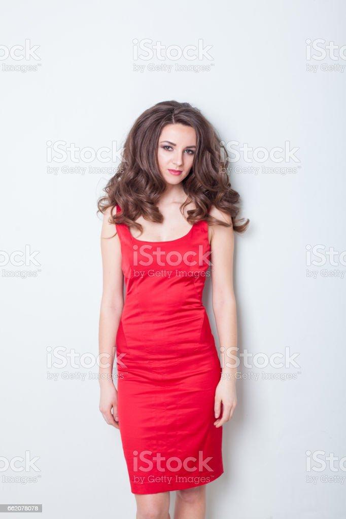 La Chica Del Vestido Rojo En La Pared Foto De Stock Y Más
