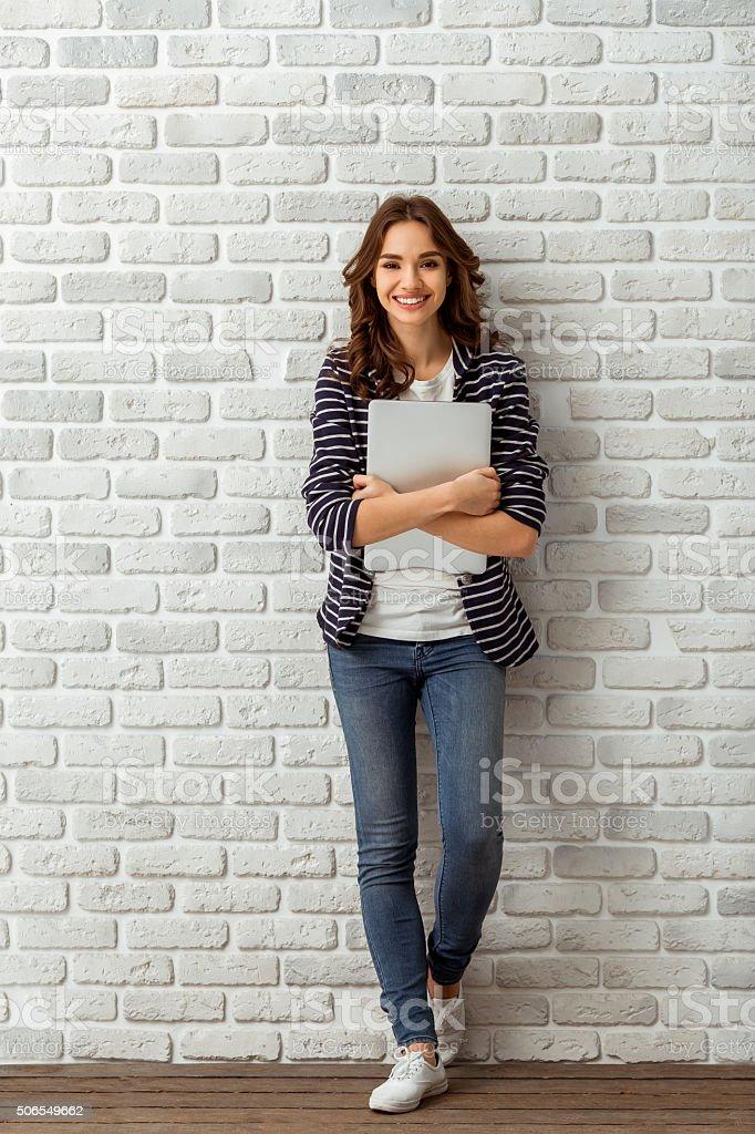 La chica en el estudio - foto de stock