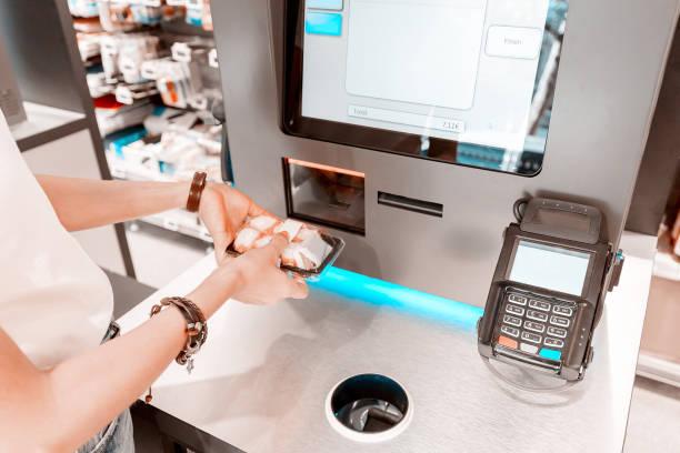 Das Mädchen im Supermarkt kauft Sushi und kauft an der Kasse Selbstbedienung – Foto