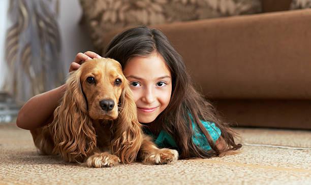 la ragazza è sdraiato su un piano - bambino cane foto e immagini stock