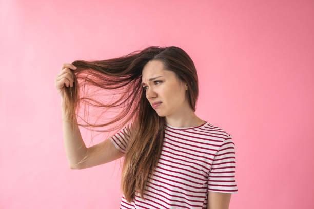Das Mädchen ist nicht glücklich mit ihren Haaren – Foto