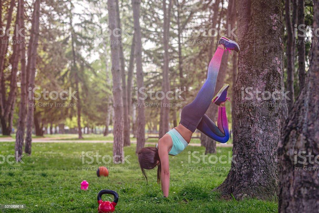 Das Mädchen ist auf einem Baum Dehnen – Foto