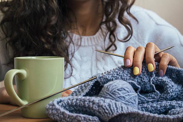 la ragazza, a lavorare a maglia e verde tazza - lavorare a maglia foto e immagini stock