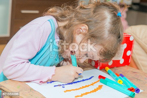 istock The girl learns to draw. 821554096