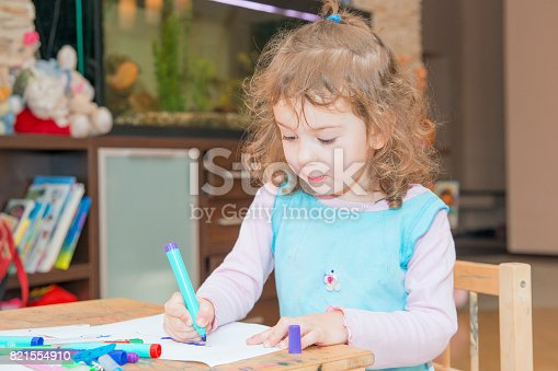 istock The girl learns to draw. 821554910