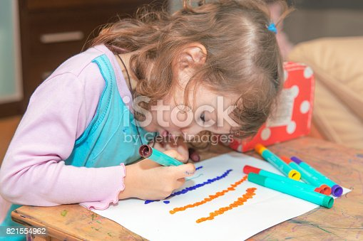 istock The girl learns to draw. 821554962