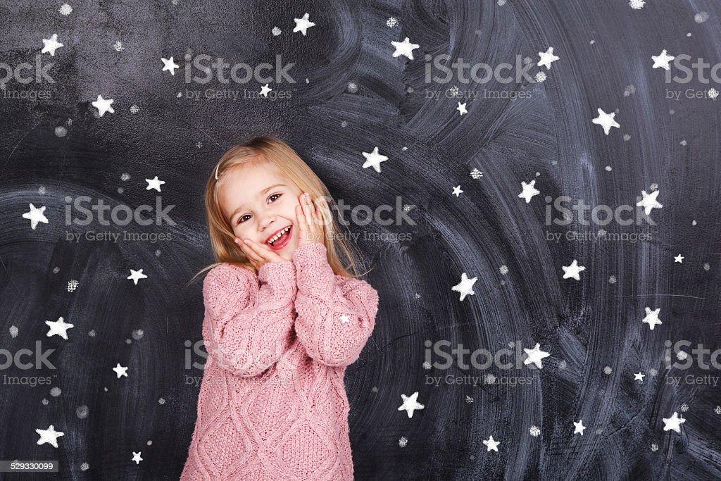 Das Mädchen auf dem Hintergrund von Sternen – Foto