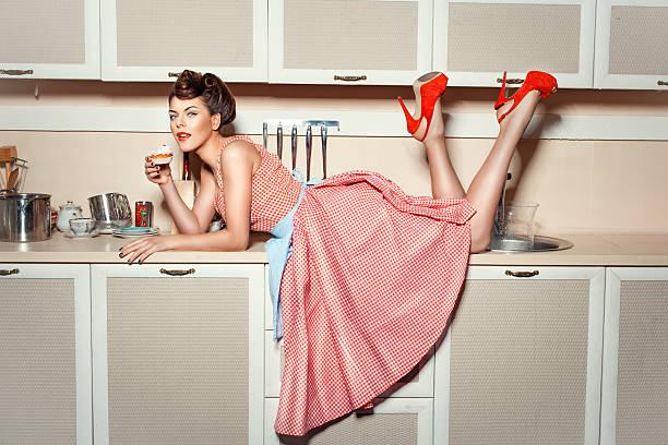 a garota no the kitchen table. - dona de casa - fotografias e filmes do acervo