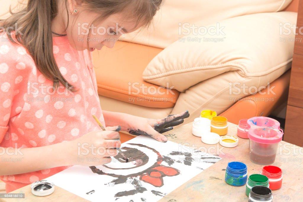 여자는 그녀의 손으로 종이에 페인트 - 로열티 프리 6-7 살 스톡 사진