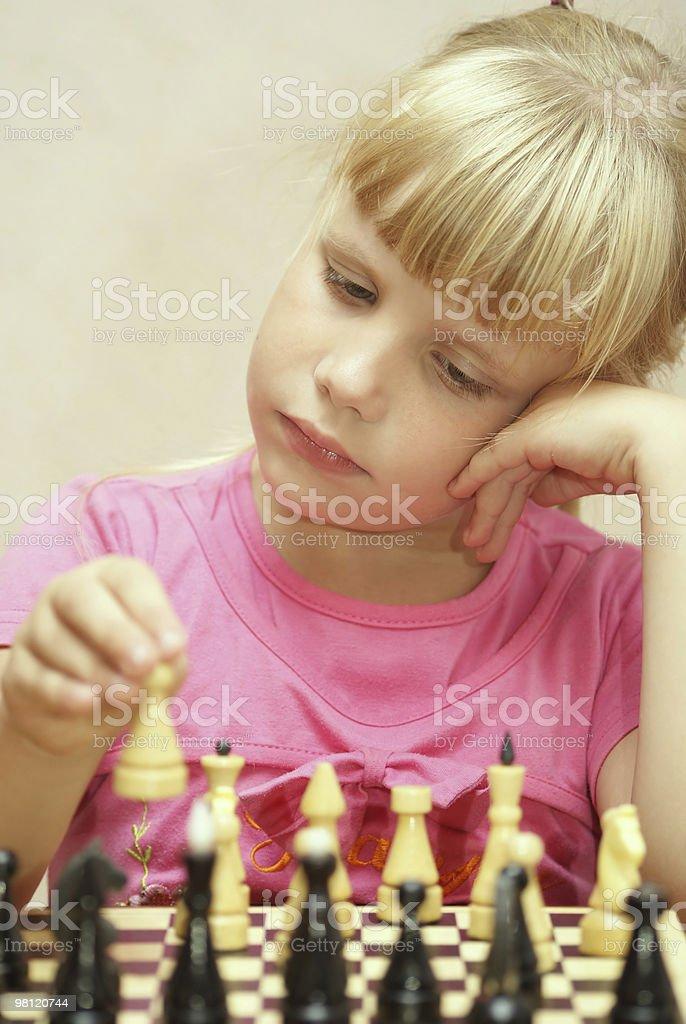 The girl 플레이 체스 royalty-free 스톡 사진