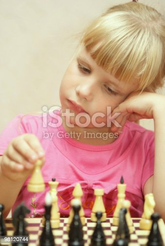 The Girl 플레이 체스 검정에 대한 스톡 사진 및 기타 이미지