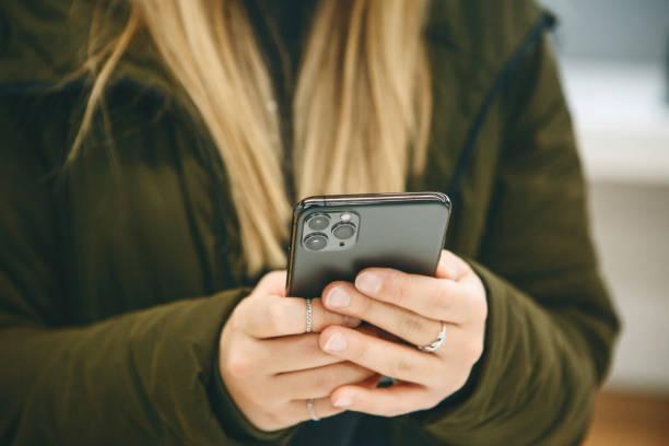 Das Mädchen benutzt ein neues Handy – Foto