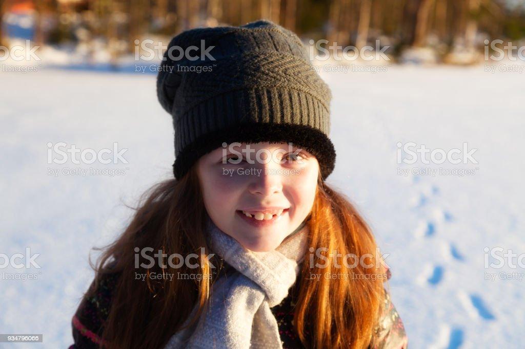 여자 겨울 야외에 미소 산책 - 로열티 프리 6-7 살 스톡 사진