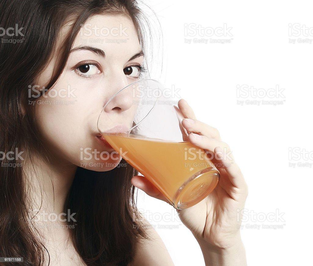 La jeune fille avec un verre de jus de fruits. photo libre de droits