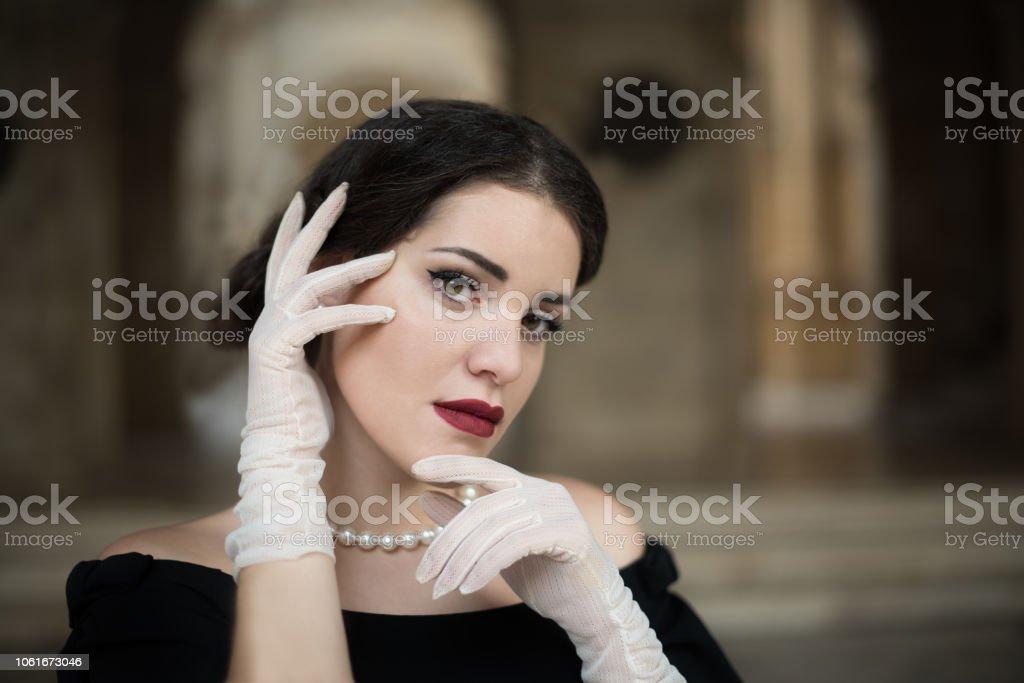 La ragazza con la collana bianca stock photo