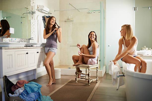 das mädchen vorbereiten - feminine badezimmer stock-fotos und bilder
