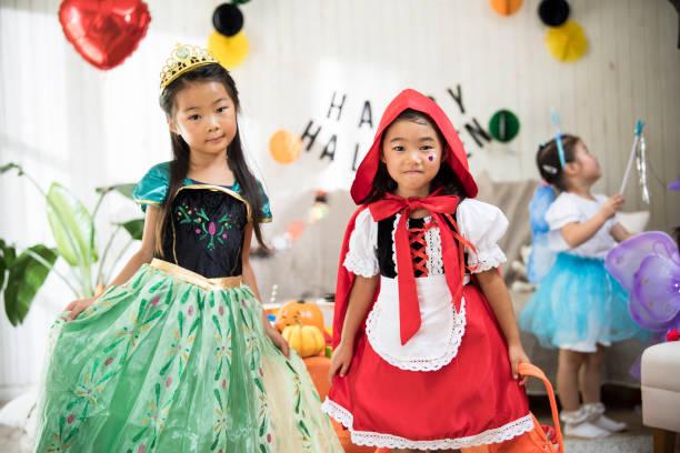 die mädchen sind sexy kostüme tragen und an der party teilnehmen. - rotkäppchen kostüm stock-fotos und bilder