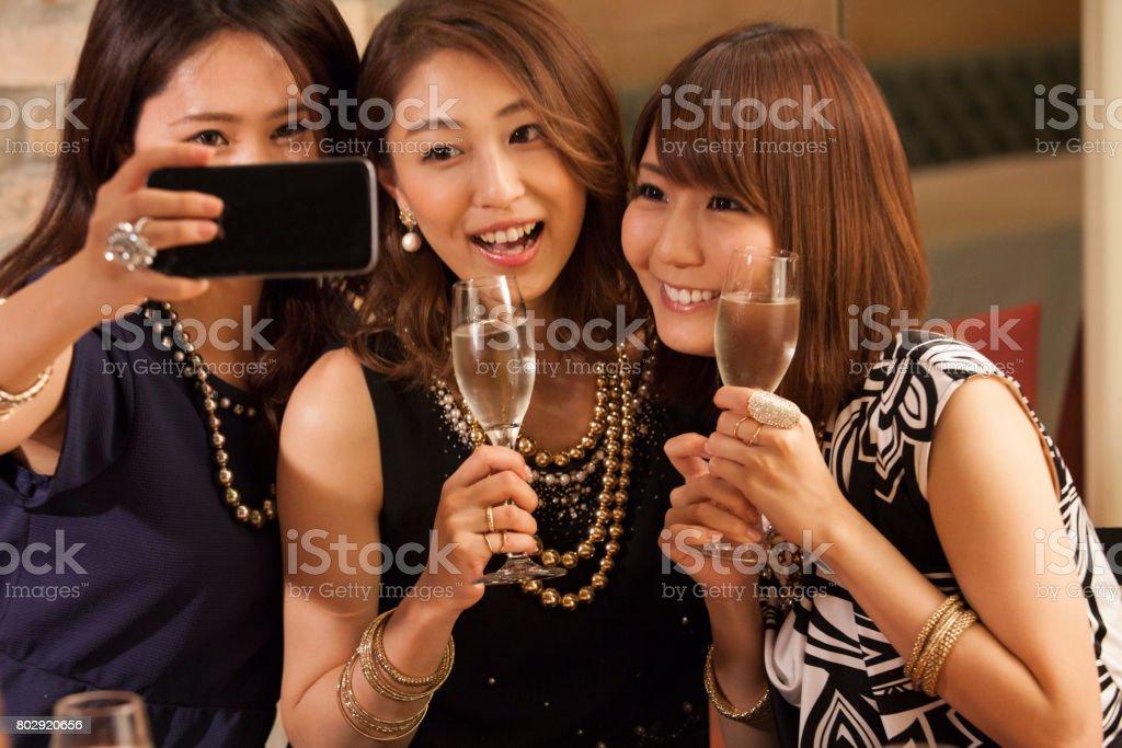 女の子は、スマート フォンで写真を撮る。 ストックフォト