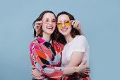 女の子たちは団結し、しっかりと抱き合い、お互いの眼鏡を握りしめ合った