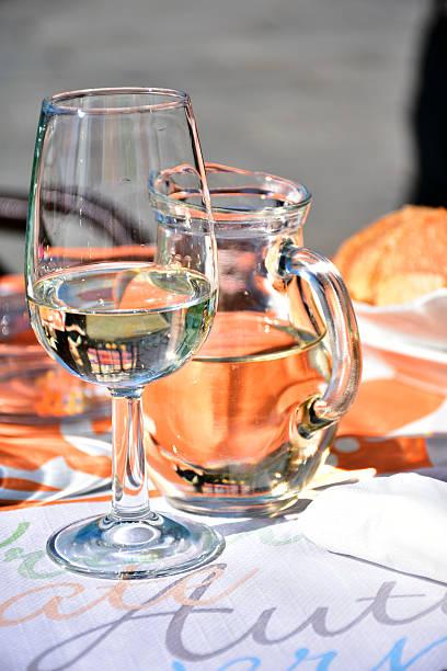 il bicchiere e la caraffa - caraffa imagens e fotografias de stock