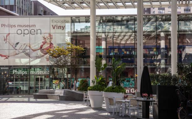 de glazen ingang van het philips museum. eindhoven, netherlands. - eindhoven city stockfoto's en -beelden