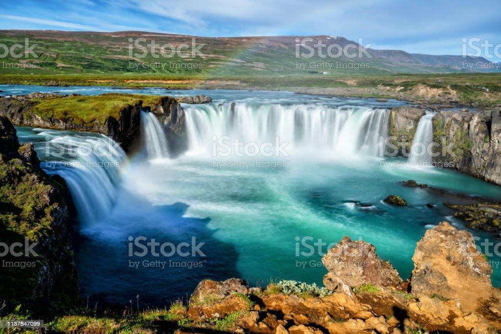 El Godafoss (islandés: cascada de los dioses) es una famosa cascada en Islandia. El impresionante paisaje de Godafoss cascada atrae a los turistas para visitar la región noreste de Islandia. - Foto de stock de Agua libre de derechos