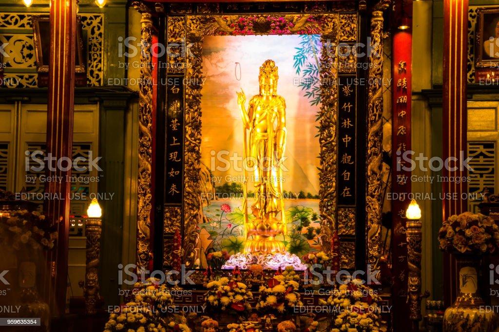 La diosa de la compasión y misericordia estatua ahora se sienta en el Santuario de Kuan Yim en China Town, Yaowarat. - Foto de stock de Amor a primera vista libre de derechos