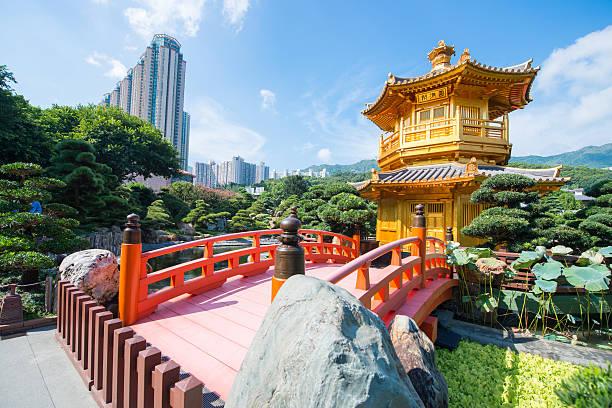 the golden pavilion and red bridge at nan lian garden - lian empty imagens e fotografias de stock