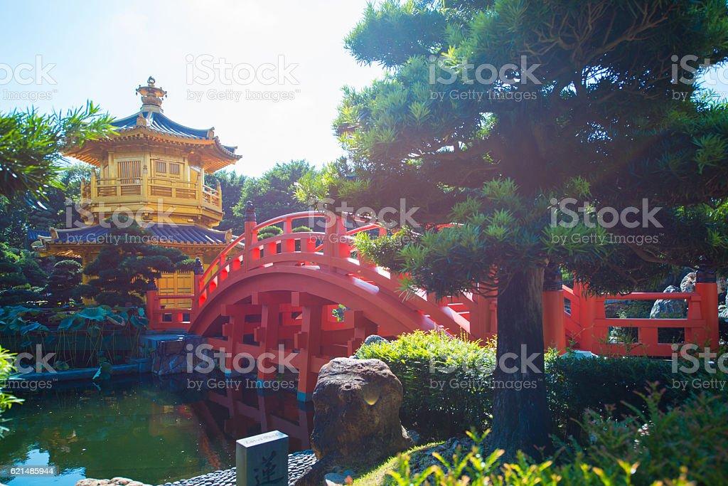 The golden pavilion and red bridge at Nan Lian garden Lizenzfreies stock-foto